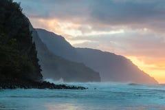 Puesta del sol de la costa del Na Pali Imágenes de archivo libres de regalías