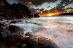 Puesta del sol de la costa del sudoeste de Guernesey Imagen de archivo