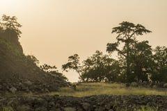Puesta del sol de la costa rural de la isla de Sao Tome imagen de archivo