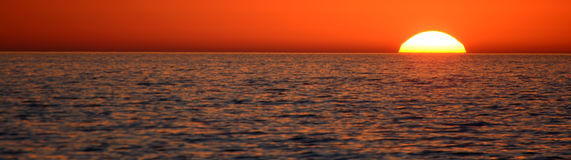 Puesta del sol de la costa, visión panorámica Imagen de archivo libre de regalías
