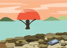 Puesta del sol de la diversión de la playa - la mujer feliz se relaja en brazos del mar para arriba con la montaña y el sol de la Fotos de archivo libres de regalías