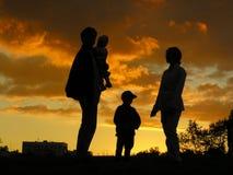 Puesta del sol de la familia de cuatro miembros Fotografía de archivo