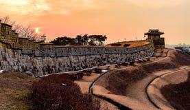 Puesta del sol de la fortaleza de Hwaseong en Suwon Foto de archivo
