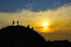 Puesta del sol de la gente de la silueta Imágenes de archivo libres de regalías