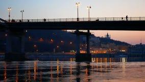 Puesta del sol de la gente del paseo del puente almacen de video