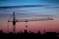 puesta del sol de la grúa del edificio imagen de archivo libre de regalías