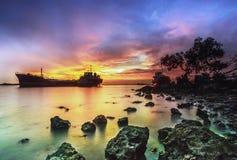 Puesta del sol de la isla Riau Indonesia de Batam de la nave de la ruina foto de archivo libre de regalías