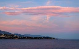 Puesta del sol de la lila en la playa de Mónaco Fotografía de archivo libre de regalías