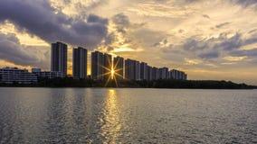 Puesta del sol de la llamarada con el edificio céntrico en Bangkok Imagenes de archivo