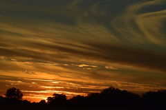 Puesta del sol de la manera momentos antes de en el momento en que va el sol abajo Imágenes de archivo libres de regalías