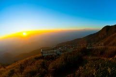 Puesta del sol de la montaña. imagen de archivo libre de regalías