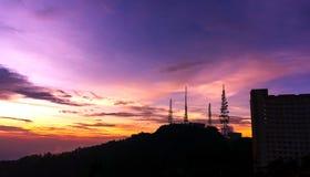 Puesta del sol de la montaña de Genting con la torre de las telecomunicaciones Imagen de archivo