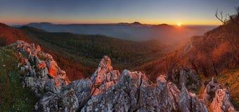 Puesta del sol de la montaña de la naturaleza - panorámica, Eslovaquia, Karpaty masculino Imagen de archivo