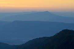Puesta del sol de la montaña del panorama Imagenes de archivo