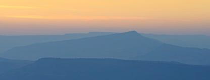 Puesta del sol de la montaña del panorama Fotos de archivo