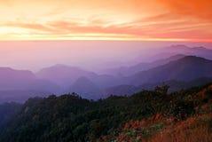 Puesta del sol de la montaña del panorama Fotos de archivo libres de regalías