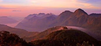 Puesta del sol de la montaña del panorama Foto de archivo