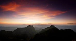 Puesta del sol de la montaña del panorama Imagen de archivo