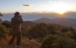 Puesta del sol de la montaña del Shooting del fotógrafo Imagen de archivo