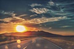 Puesta del sol de la montaña sola Fotos de archivo libres de regalías