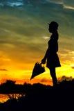 Puesta del sol de la mujer de la silueta Fotos de archivo