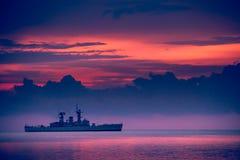 Puesta del sol de la nave de guerra, puesta del sol hermosa en la playa, tierra del lago sunset foto de archivo libre de regalías