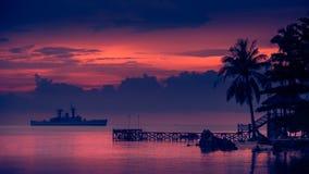 Puesta del sol de la nave de guerra, puesta del sol hermosa en la playa, tierra del lago sunset imagen de archivo libre de regalías