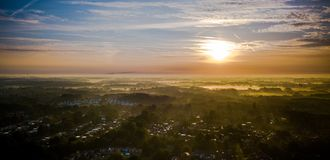 Puesta del sol de la niebla de la mañana en los Países Bajos Imagenes de archivo