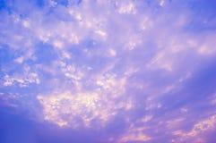 Puesta del sol de la nube del cielo púrpura y azul Imagen de archivo libre de regalías