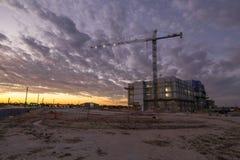 Puesta del sol de la nueva construcci?n imagenes de archivo