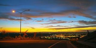 Puesta del sol de la opinión de la ciudad del color Fotografía de archivo