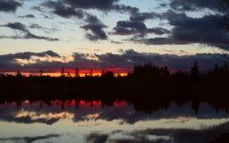 Puesta del sol de la orilla del lago Fotos de archivo libres de regalías