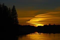 Puesta del sol de la orilla del lago que brilla intensamente Foto de archivo libre de regalías