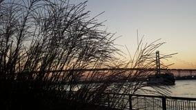Puesta del sol de la orilla del río imagen de archivo libre de regalías