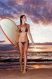 Puesta del sol de la persona que practica surf Imagenes de archivo