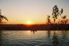 Puesta del sol de la piscina del infinito Imagen de archivo