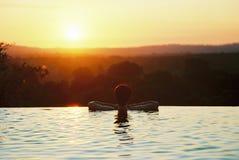 Puesta del sol de la piscina del infinito Fotos de archivo