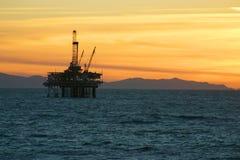 Puesta del sol de la plataforma petrolera Fotografía de archivo libre de regalías