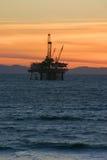 Puesta del sol de la plataforma petrolera Fotos de archivo