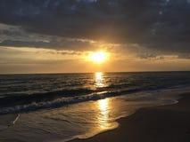 puesta del sol de la playa de la Florida con las nubes de tormenta Imagen de archivo