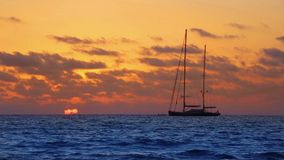 Puesta del sol de la playa de la tendencia de Mallorca es en Mallorca en Balearic Island almacen de video