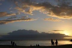 Puesta del sol de la playa de las familias Imagen de archivo libre de regalías