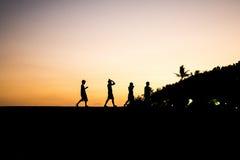 Puesta del sol de la playa de Sanur de la silueta de la muchacha de Bali Indonesia Imagen de archivo libre de regalías