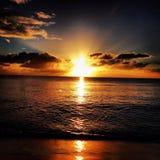 Puesta del sol de la playa del arco iris imágenes de archivo libres de regalías
