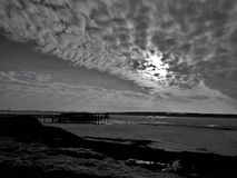 Puesta del sol de la playa del cielo del embarcadero del puente del río Imágenes de archivo libres de regalías