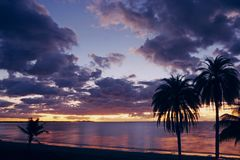 Puesta del sol de la playa del océano de South Pacific Imagenes de archivo