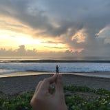 Puesta del sol de la playa divertida imagen de archivo