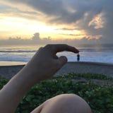 Puesta del sol de la playa divertida foto de archivo
