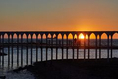 Puesta del sol de la playa en el puente de Civitavecchia Fotografía de archivo libre de regalías