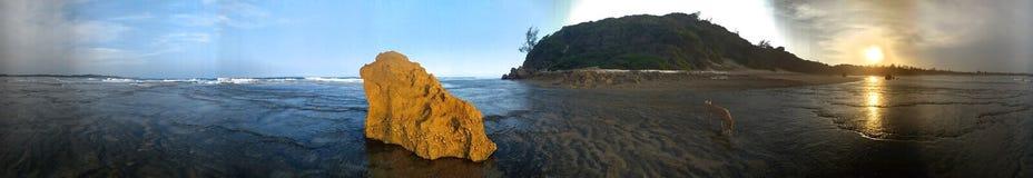 Puesta del sol del sol de la playa del oura del trato de Ponta foto de archivo